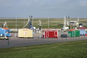 Farbenfrohe Buden am Hafen sorgen für leibliches Wohl