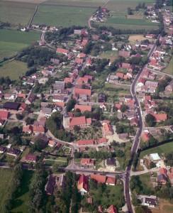 Luftbild mit Kirche