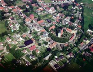 Luftbild mit Kirche quer